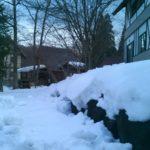 別荘は雪に囲まれた白い世界で道路は凍結